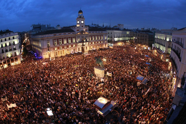 NAC185, MADRID, 12/05/2012.- Integrantes del Movimiento 15M abarrotan esta noche la céntrica Puerta del Sol de Madrid en el primer aniversario del movimiento reivindicativo. EFE/Alberto Martín